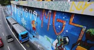 Mais de 200 graffiteiros pintam maior mural da América Latina, em SP