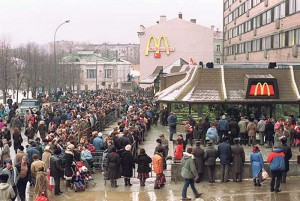 Line to first McDonald's in Moscow 1991