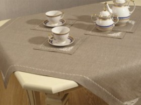 Flax table-cloth and napkins