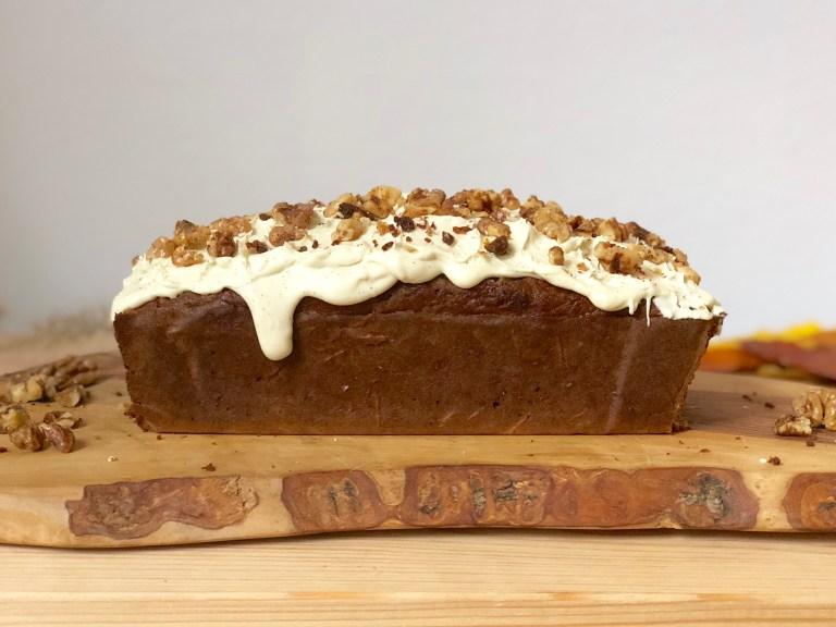 Recette saine de carot cake avec un glaçage au beurre de cacao et noix caramélisées. Un cake rustique et parfumé idéal pour nous aider à traverser les premiers froids d'automne, puis l'hiver !