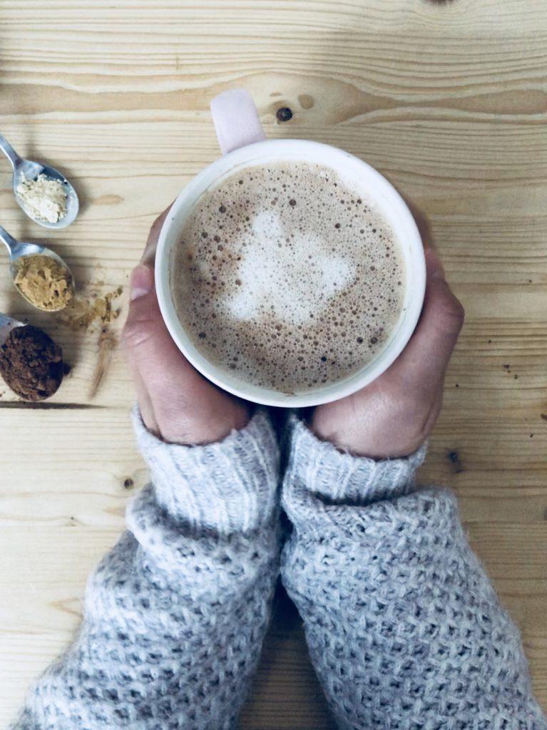 Super chocolat chaud, sain et gourmand rempli de super aliments doux pour la santé et le système digestif. 0 % culpabilité, 100 % gourmandise !