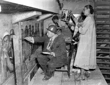 """Ruth Rivera Marín y su padre Diego Rivera. Pintando en el Cárcamo de Chapultepec, lo observa de pie su hija Ruth, esta fotografía se encuentra firmada y dedicada al frente: """"La inspiración de una mirada. Tu papi Diego Rivera""""."""
