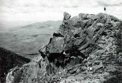 Anne Whiston Spirn escalando las White Mountains, New Hampshire, a espaldas de I.B. Whiston. Foto de W. B. Whiston, verano de 1948.