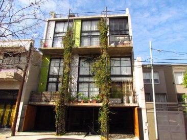 Valeria del Puerto y Horacio Sardín, Edificio Moldes 4155