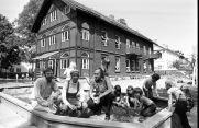 Birgit Cold, T. Brantenberg & E. Hiorthøy (1975): Guardería Bakklandet. Fotografía de los tres arquitectos frente al edificio recién rehabilitado, 1976.
