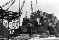 Fotografía de la construcción del complejo experimental de viviendas Habitat '67, de Moshe Safdie, para la Exposición Internacional de Montreal 1967, dentro del Plan de Ordenación desarrollado por Van Ginkel Associates en 1962.