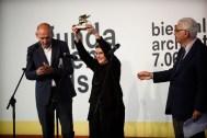 Phyllis Lambert recibiendo el León de Oro a la trayectoria en la Biennale di Venezia 2014, con Rem Koolhaas y Paolo Baratta