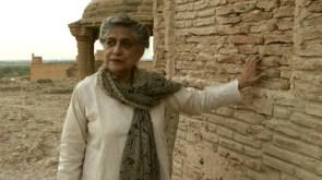 Yasmeen Lari en 2014 en la necrópolis de Makli, s.XIV, Pakistán