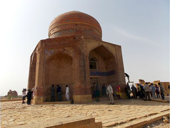Voluntarios de la Heritage Foundation of Pakistan en la tumba del sultán Ibrahim, Makli, s.XIV