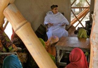 Yasmeen Lari durante un taller para mujeres en Moak Sharif