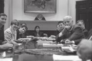 Marilyn Jordan Taylor y los alumnos graduados de High Speed Rail Studio, reunidos con el vicepresidente Joe Biden en 2012 para hablar de su propuesta sobre una red nacional de trenes de alta velocidad para el Corredor Noreste