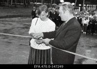 Maarja Nummert (1988): Escuela Primaria en Ääsmäe. Maarja Nummert y el director de la escuela inaugurando el centro en 1988