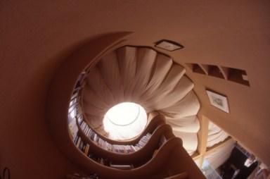 Kathryn Findlay. Casa Blanda y Peluda, Tokio (1994). Imagen de la cubierta desde adentro.