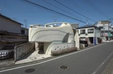 Kathryn Findlay. Casa de Paredes Entramadas, Tokio (1993). Vista desde la calle.