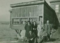 Cahide Tamer y Mustafa Ayaşlıoğlu, junto al equipo de restauración de la mansión Amcazade Hüseyin Paşa, 1947