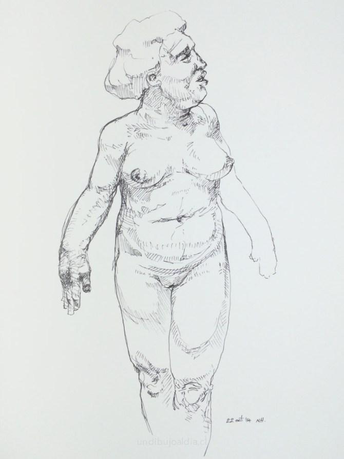 Mujer caminando en un rio