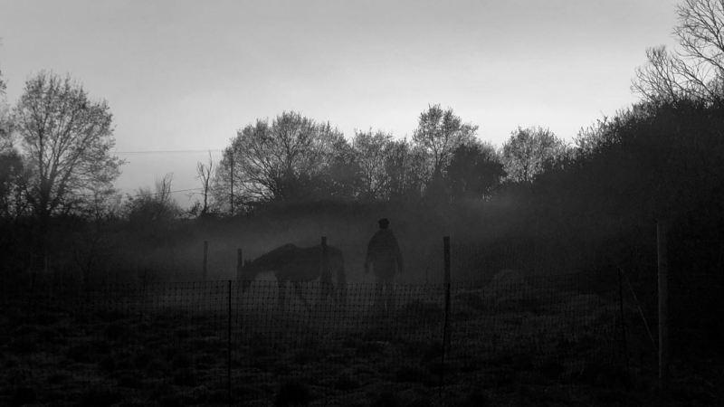 il faut partir pour se libérer de l'emprise toxique : silhouettes dans la brume sur fond gris