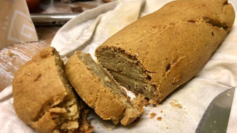 pain gourmand à la farine de coco, tout juste sorti du four et coupé en tranches