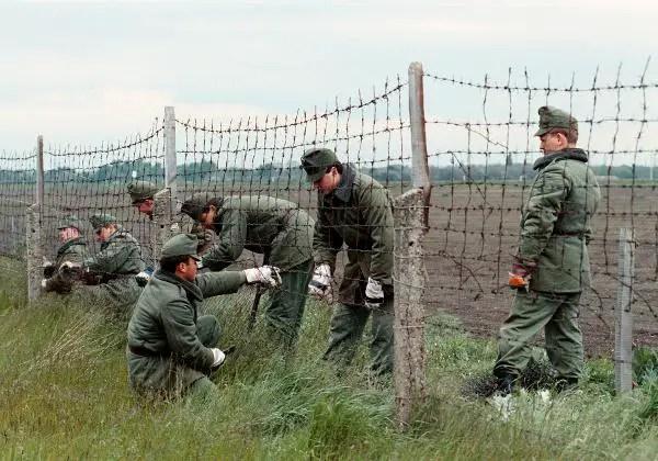 Demontage des Grenzzauns nahe Nickelsdorf (Österreich) und Hegyeshalom (Ungarn). Angehörige der ungarischen Grenztruppe haben am 2. Mai 1989 damit begonnen, die Sperranlagen an der ungarisch-österreichischen Grenze zu entfernen. Bis 1990 sollen alle Grenzsperren an der rund 350 Kilometer langen Grenze abgebaut sein.