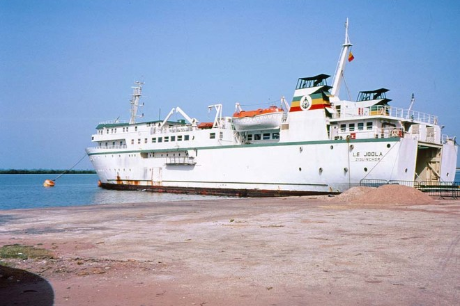 Le Joola at Ziguinchor 1991 par Yaamboo. Sous licence CC BY-SA 3.0 via Wikimedia Commons.