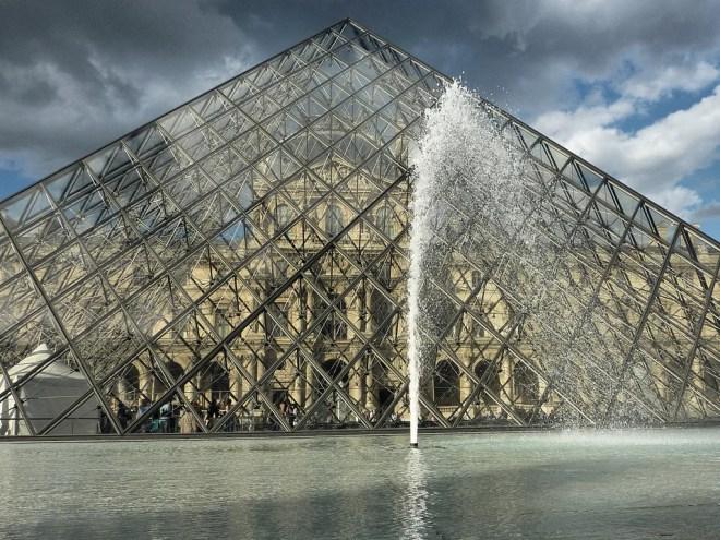 pyramide louvre photo