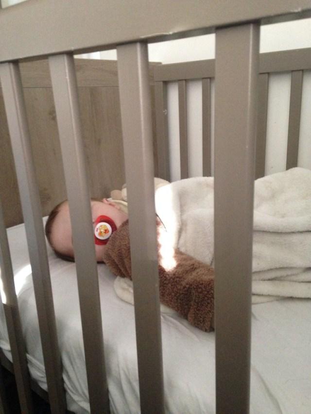 bébé dort dans lit des parents