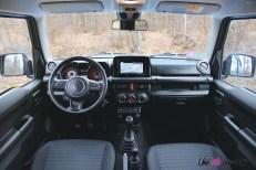 Suzuki Jimny intérieur planche de bord sièges écran volant