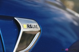 Comparatif Peugeot 208 Renault Clio 0148 logo RS Line