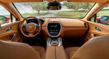 Aston Martin DBX 2019 intérieur combiné écran planche de bord volant