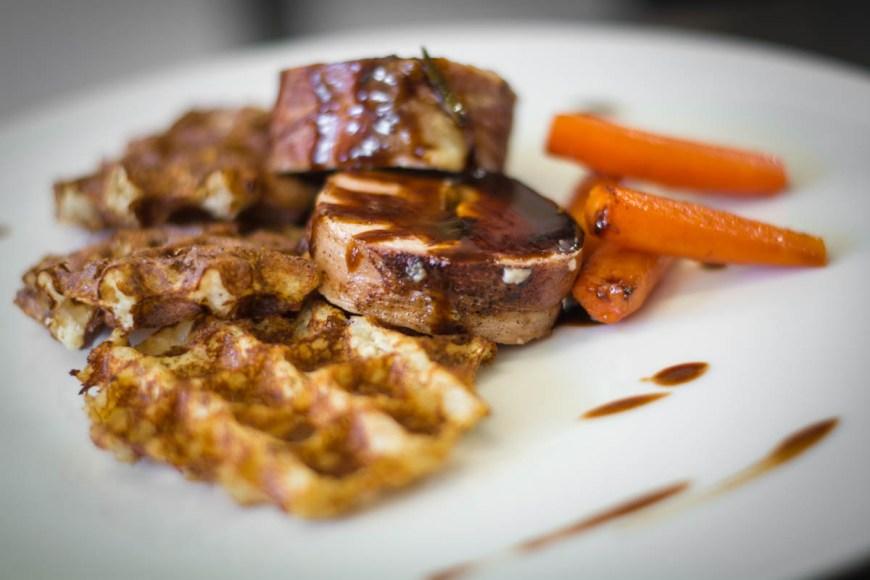 Carré de Porc au Munster, Gauffres de pomme de terre et carottes glacées - Hôtel Beau Site Luxeuil-les-Bains - Crédit Photo Céline Schnell Une Fille En Alsace
