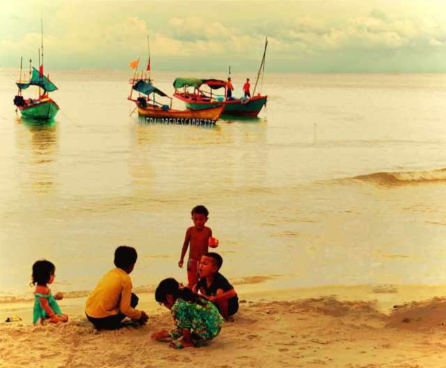 Travel_photography_kids_beach_Koh_Rong_Cambodia