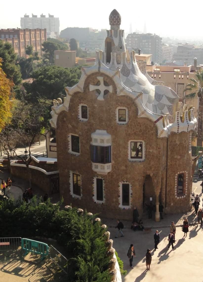 Huis met grillig gevormd wit dak en een kruis in de nok