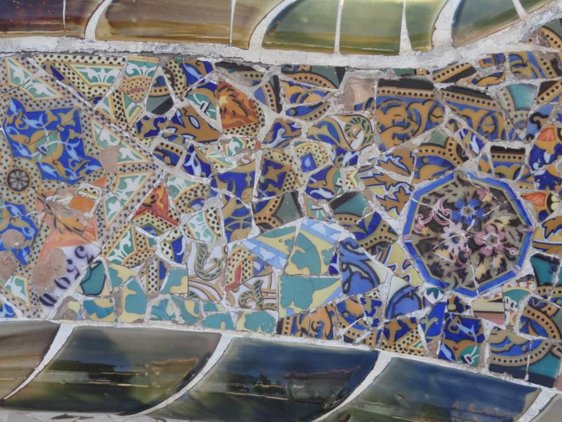 Mozaïeken van Gaudi op bankleuning