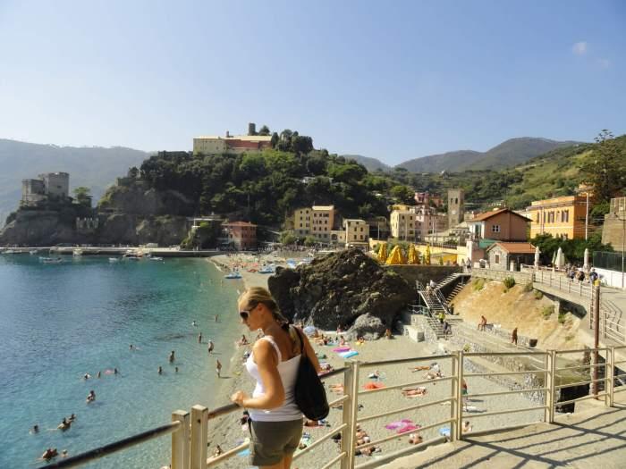 Uitzicht over kasteel, bergen en strand in Monterosso, Cinque Terre