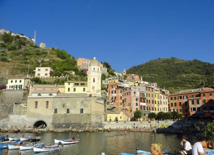 Zicht op haven en kleurrijke huisjes van Vernazza in Cinque Terre