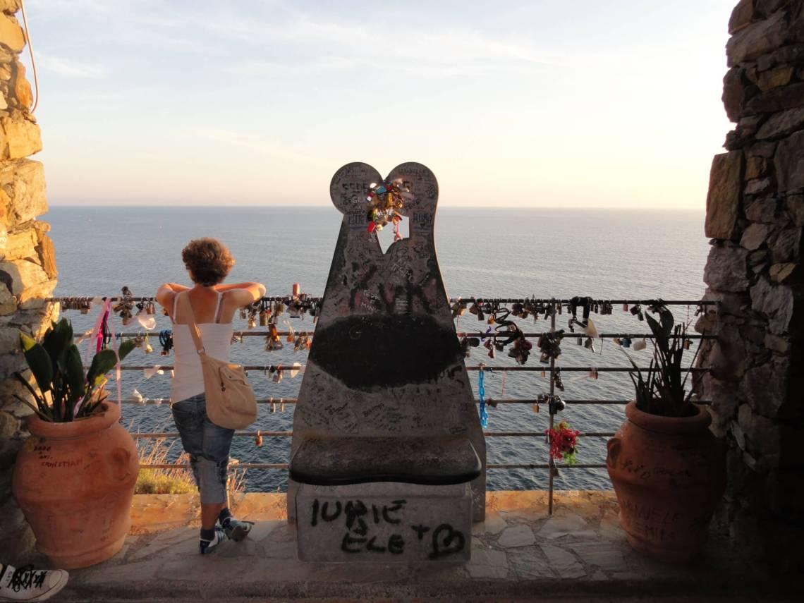 Verliefd stel in beton gegoten langs het liefdespad van Cinque Terre