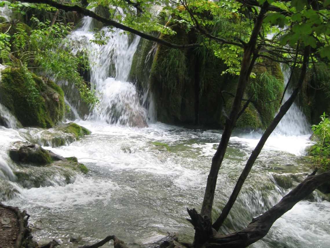 Waterval tussen mosgroene stenen