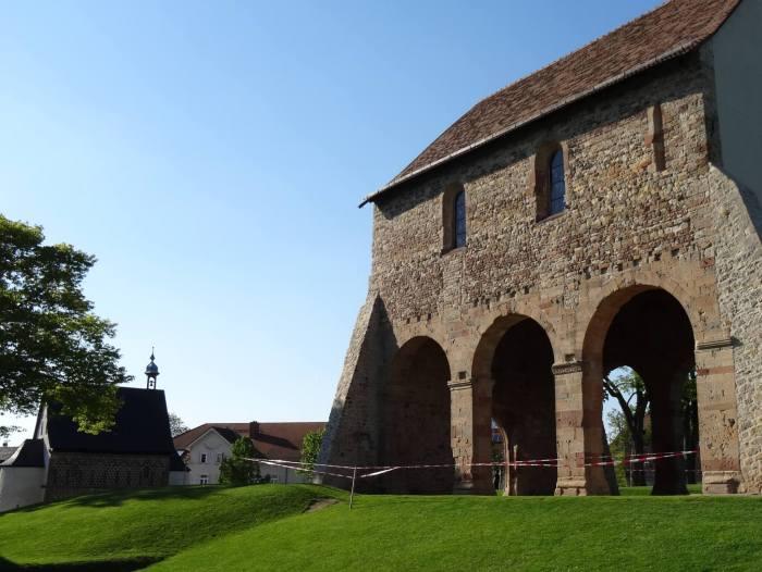 Resten van de kerk in Lorsch met op de achtergrond de Torhalle