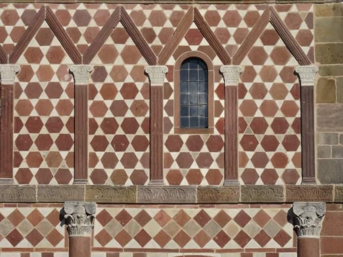 Detail van gevel Torhalle met zeshoekig patroon en Romeinse zuilen