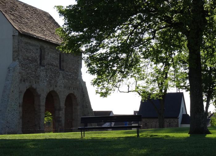 Bankje op de voorgrond biedt de mogelijkheid het kerkgebouw en de Torhalle in je op te nemen
