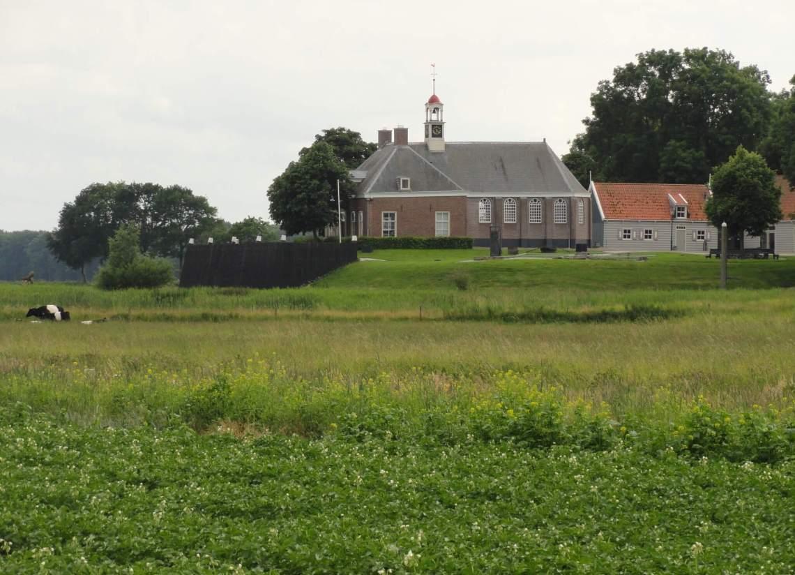 Groene weiden rondom kerk Schokland