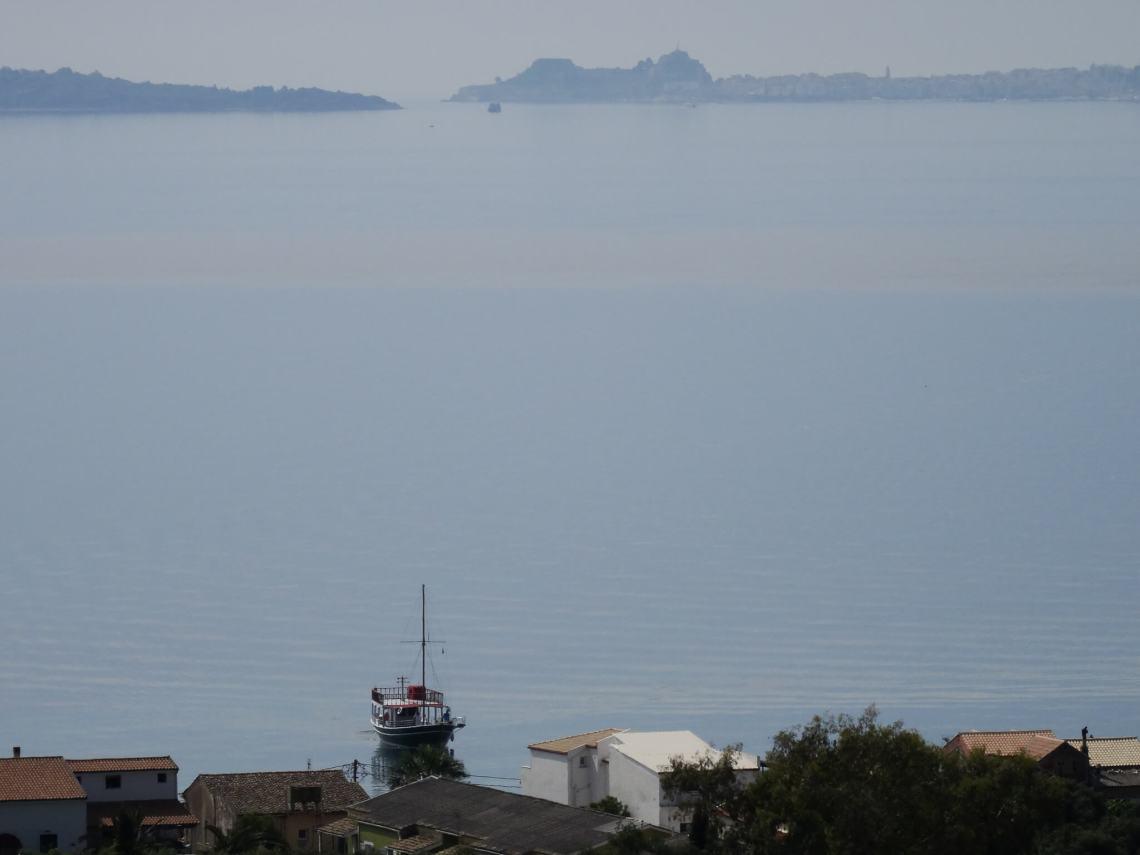 De baai van Corfu met aan de horizon het nieuwe fort