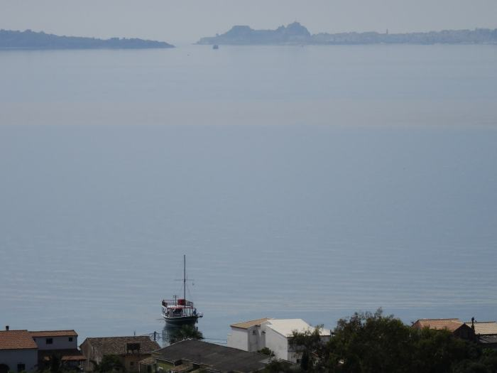 Uitzicht op de baai van Corfu en het nieuwe fort