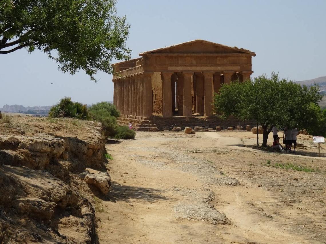 Zandkleurige tempel, compleet met zuilen en fronton