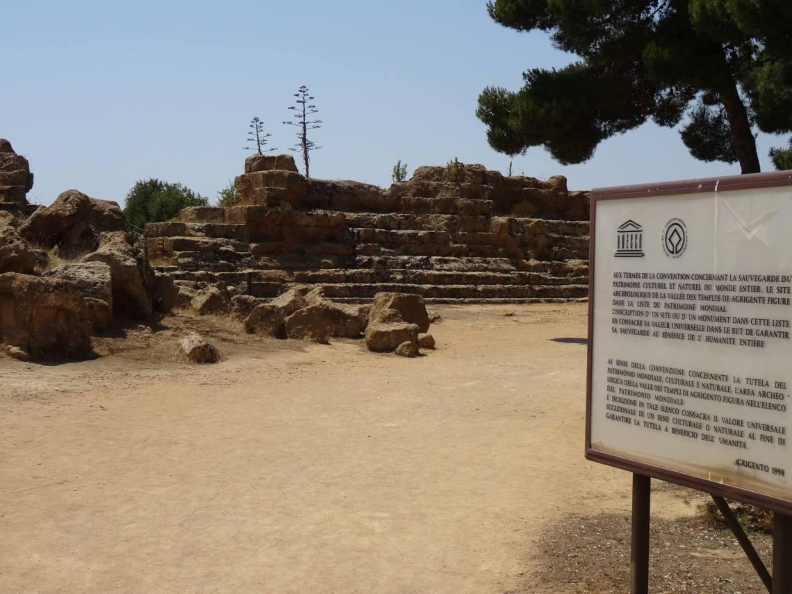 Groot platform van Zeus met traptreden omringd