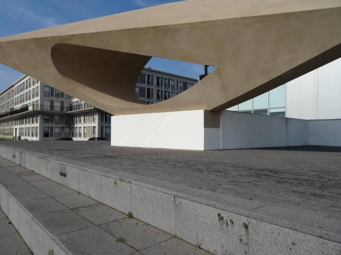 Langwerpig betonnen sculptuur met een ellipsvormig gat