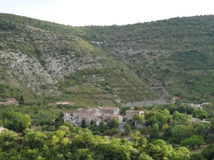 Klein dorpje tussen de heuvels van de Causses en Cevennes