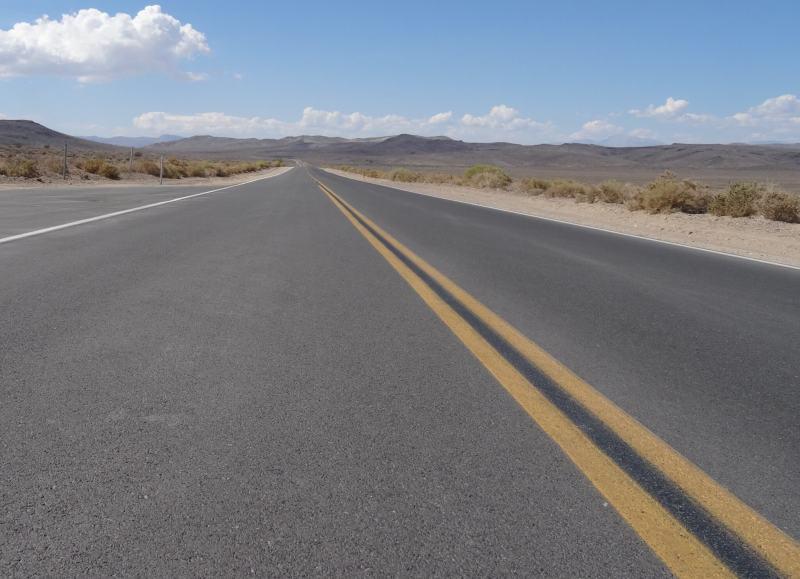 Een langeuitzichtloze weg in Death Valley USA