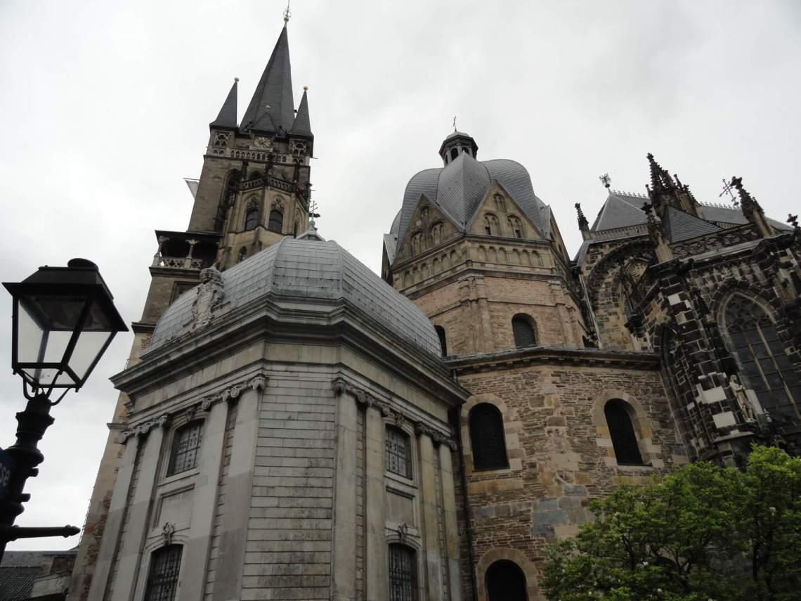 Verzameling aan torenspitsen in verschillende stijlen van de kathedraal van Aken