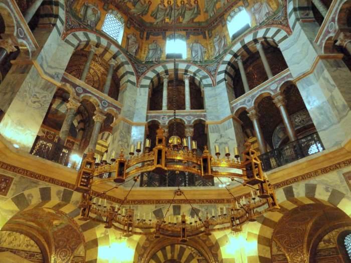 Achthoekige, gouden kroonluchter in de kathedraal van Aken